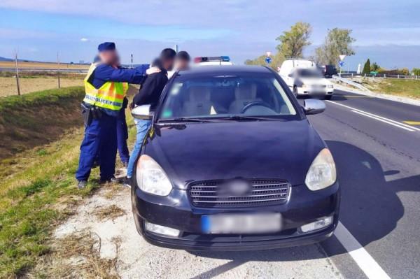 Három illegális migránst szállított, az autójából kiugró embercsempész
