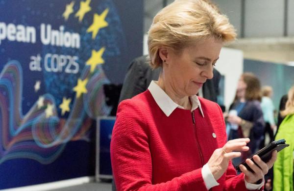 Vizsgálat indult Ursula von der Leyen ellen, mert megtagadja a Bizottság, hogy kiadják a Pfizer vezérigazgatójával történő SMS-váltásait