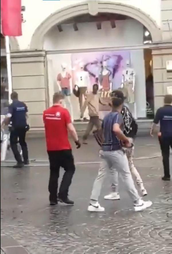 Machetével támadhatott a würzburgi merénylő, a járókelők eredtek a nyomába - videó!