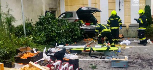 Autó hajtott a zöldségesbódéba Linz mellett - 13 sérültből 4 súlyos állapotban van