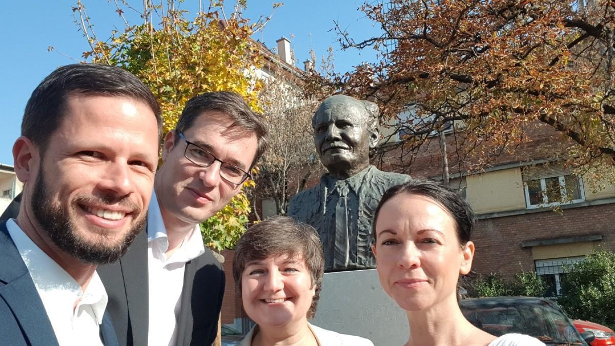 Szelfiellenzék: Gönz Árpád szobránál szelfizett V. Naszály, Szabó, Tordai és Karácsony