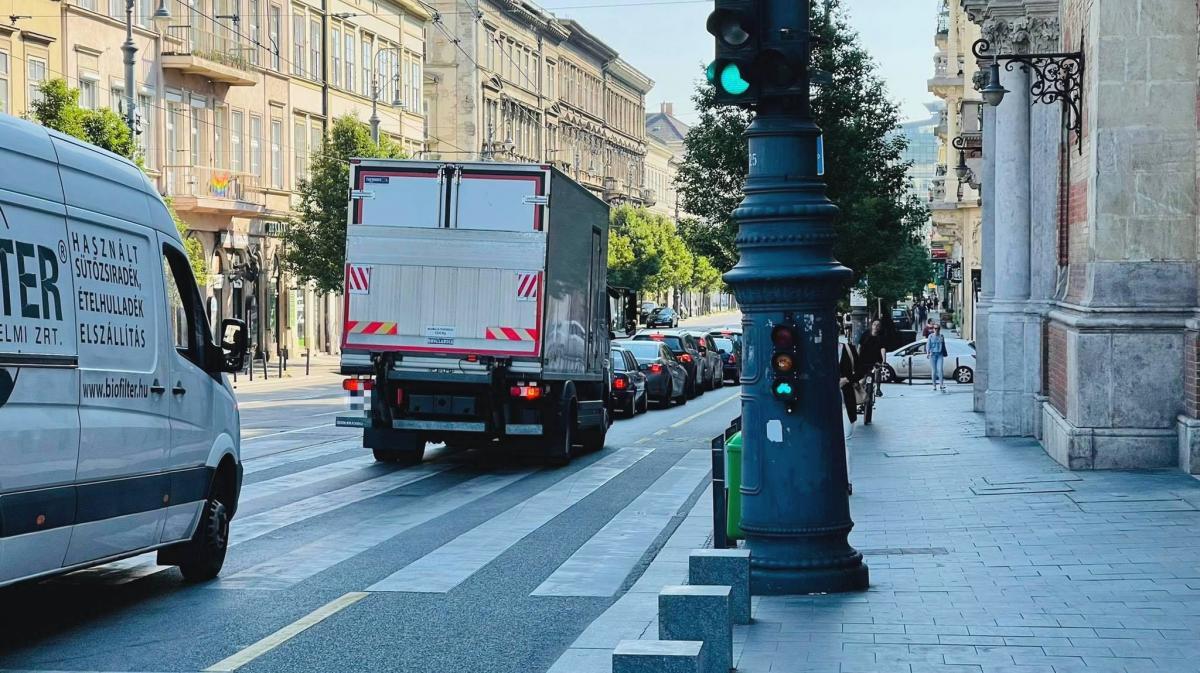 A sikeres budapesti városvezetés új szimbóluma: a zöld lámpánál dugóban veszteglő kocsisor